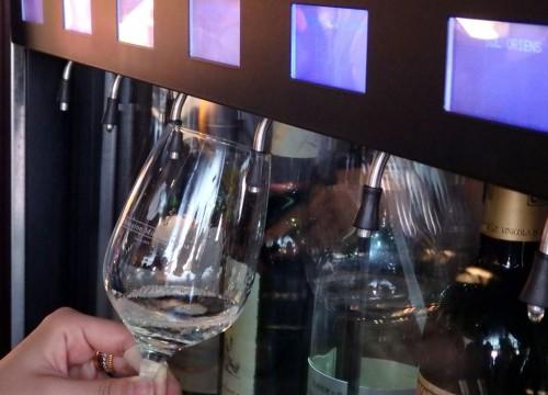 好みのワインを試飲。