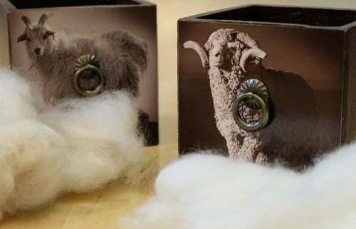 右側はメリノ種の羊の原毛、すなわちメリノウール。左がカシミアの原毛。 なお、スーパー値は羊の原毛の単位なので、カシミアの原毛では表示されない。