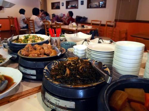 ランチバイキングには、島野菜を使った家庭料理や足ティビチ(豚足煮)などが並ぶ。