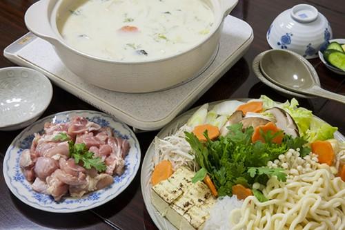 明日香地区の民宿(一泊2食付6,000円)に泊まると夕食に供される飛鳥鍋。