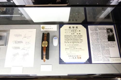 世界初のクオーツ腕時計である、18金無垢の「クオーツアストロン」。腕時計の歴史に革新をもたらした点が評価され、平成26年(2014)には機械遺産に認定された。