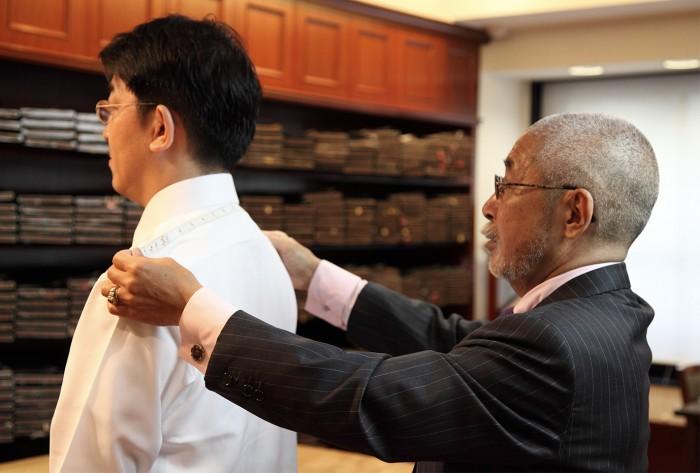 注文洋服ではお客様ひとりひとりの体の寸法にあわせて洋服を仕立てます。