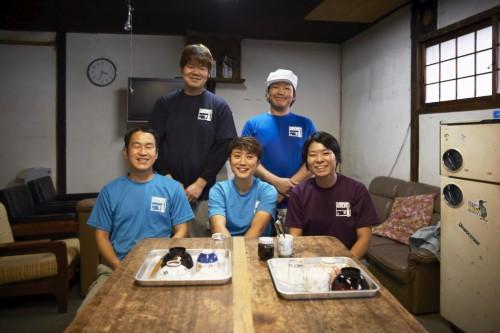 藤田杜氏と共に酒造りに励む若き蔵人達。