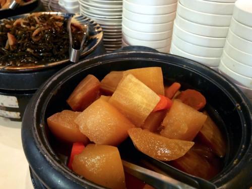 シブイ(冬瓜)は醤油味の煮物で出されます。