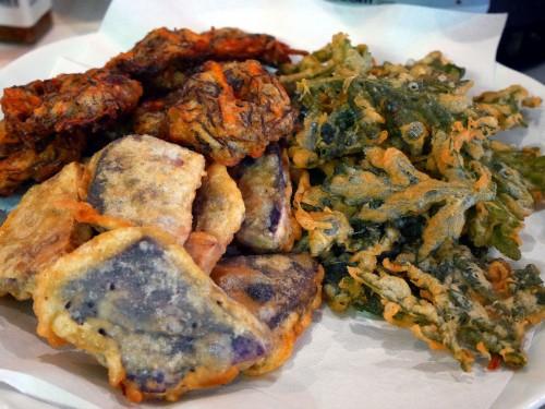モズク、フーチバー(よもぎ)、紅芋の天婦羅は、揚げたてが補充されます。