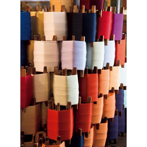 米沢の代表的技術は、染色した糸の織り重ねで色柄を表現していく「先染め」だ。