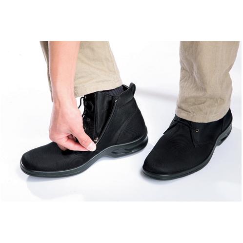 側面ファスナーで開閉 幅広の甲の人でも履きやすい4Eのワイドタイプ。サイドファスナーがついているので、脱ぎ履きもしやすい。