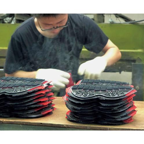 ミラクルウェーブソール+マルチファイバーソール2 ソールのゴムは加熱・加圧によって弾性を持たせる。日本のゴム産業をリードしてきた企業の得意とする基本技術。