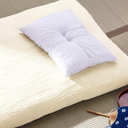 伝統的な小千谷縮の技法で作られたフラットシーツ。寝苦しい夜でも、エアコンの設定温度を数℃上げることができるほど放熱性に優れる。
