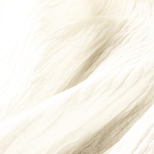 長繊維の麻ならではの光沢と丈夫さも特徴。生地の「シボ」はアイロンをかけない限り維持される。普通に干すだけでよい。