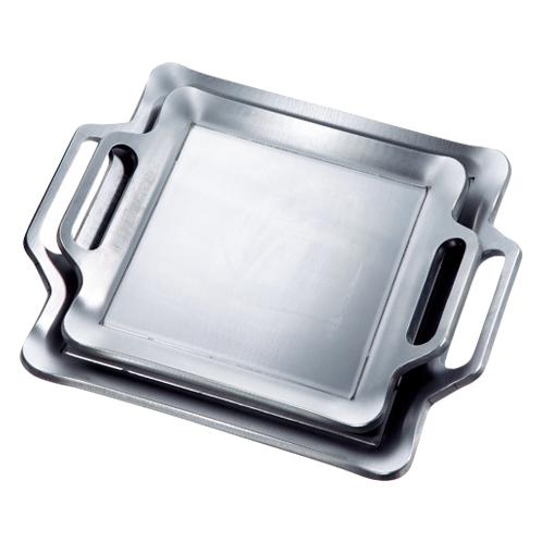 写真上=小、下=大 原材料は緻密な圧延鉄板。レーザー加工機で切断される。
