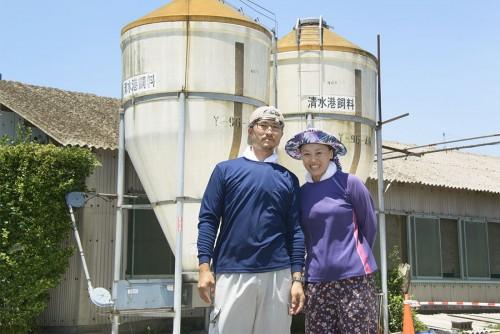 養豚場の前で話を聞かせてくれた平野賢治さんと恵さん。