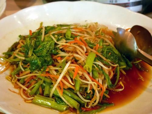 この日の炒め物はウンチェー(空芯菜)ですが、青いパパイヤを使うこともあります。