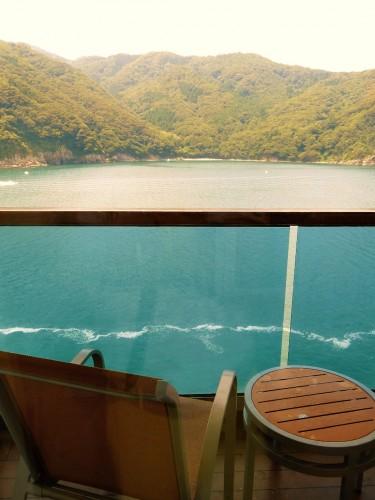 客室のベランダから望む舞鶴湾。