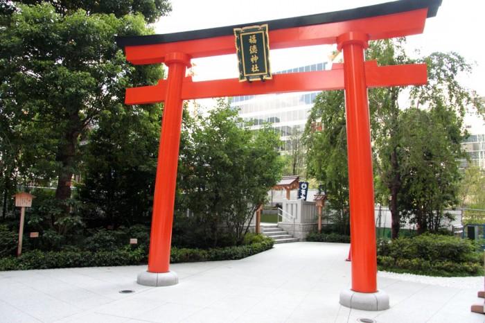 平安時代から日本橋の街を見守る福徳神社。