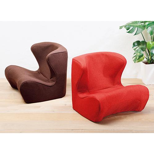 写真左=ブラウン/右=レッド 椅子の前面下に空間があり、あぐら座りもできる。