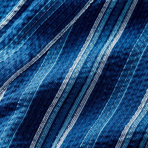 縦糸と横糸に張力差を加えながら製織、さらに、織り上がった生地を熱湯にくぐらせることで、独特のシボが生まれる。