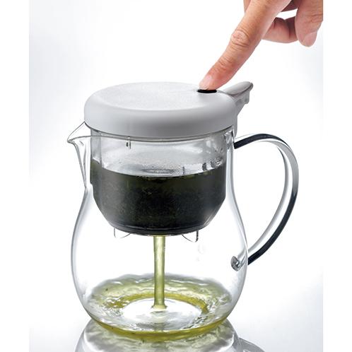 蓋の部分のボタンを押せば一気に抽出される。氷を入れて濃く出せば、冷茶やアイスティーが楽しめる。ステンレスフィルターは脱着式でいつも清潔に使える。