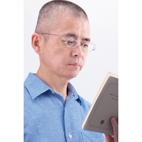 読書時は、鼻先に軽くかけるとくっきりとした視界を確保する。