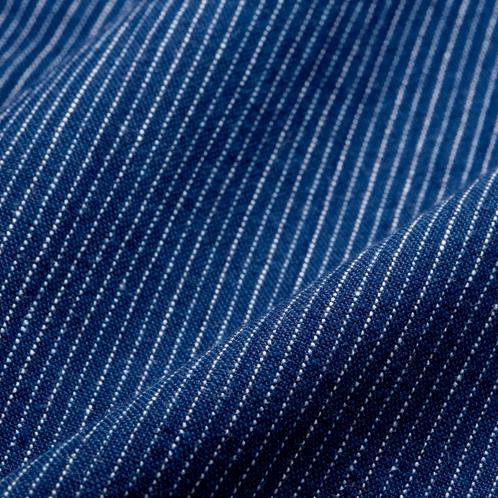 凛としながらも温かみのある縦縞模様(千筋)は、小幅織機の生地ならではの風合い。