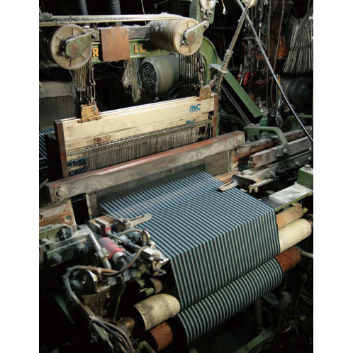 小幅織機は、昭和の時代に活躍したもの。コンピュータ化以前のアナログ機械だ。