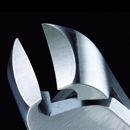 繊細な極薄の刃は爪に沿うように緩やかにカーブしていて、巻き爪にも対応できる。