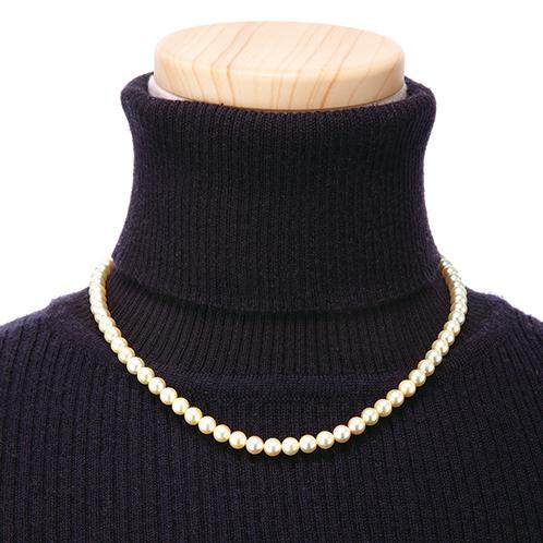 派手な南洋真珠に比べて小粒で落ち着いた黄金色なので、ふだん使いにもおすすめ。