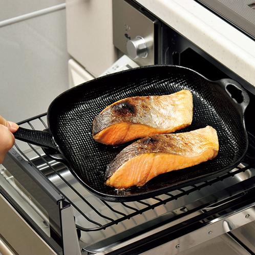 写真=大(深型) 大(深型)は縁にも蓄熱性があるのでより熱が回りやすく、グラタンや煮込み料理もおいしくできる。