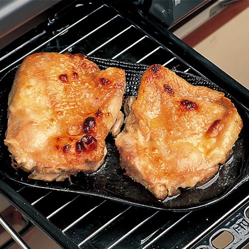 写真=小(浅型) 小(浅型)は台所の魚焼きグリルに器ごと入れるだけで、魚や肉が香ばしくふっくら焼ける。