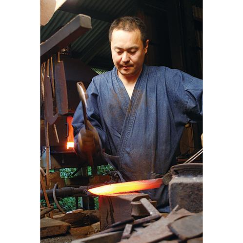 写真の四代目が中心となり、和式刃物を68年にわたって製造するトヨクニが製作する。