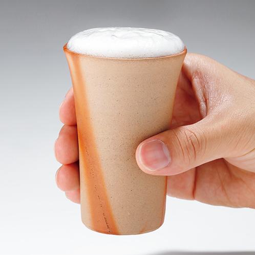 陶器の焼き肌の違いでビールの味わいも変わってくる。2種類とも薄作りの器だ。