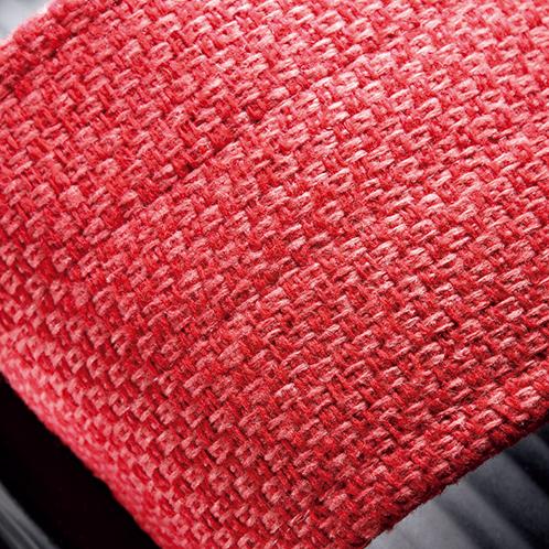 足止めベルトは椅子の座面や背当てに使われる織布。刺し子に似たざっくりした織りだ。