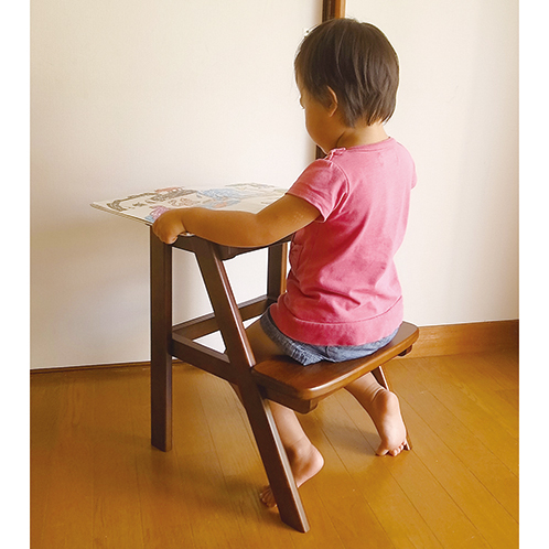子供の机付き椅子にもなり、大人が椅子にしても座り心地がいい。