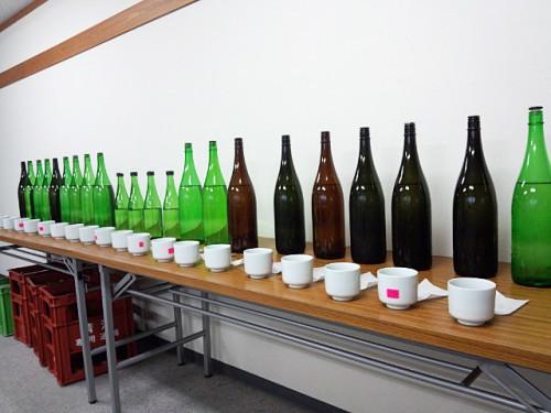 利き酒、蔵へ訪問しその年の酒の仕上がりを利き酒します。