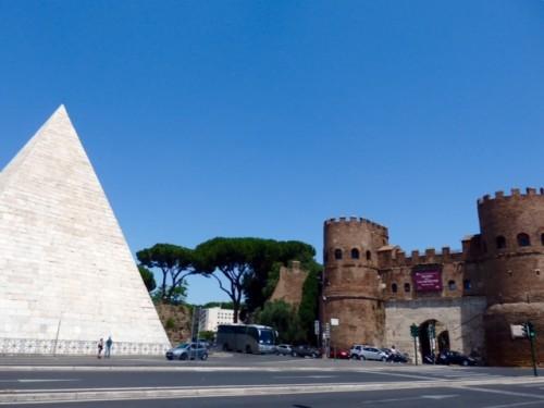 高さ約37m 底辺の一辺約30mのピラミッド。
