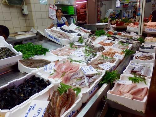 市場には鮮魚店は4~5軒ある。