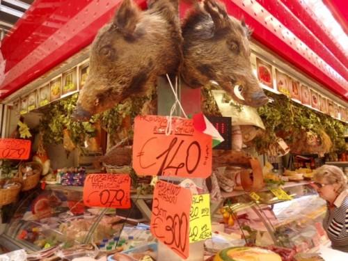 市場のサルメリア。夏なので猪の生ハムは無かった。