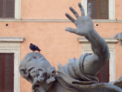 カピトリーナ美術館から徒歩7分、マッティ広場にある噴水を支える少年のポーズに共通項を見る。