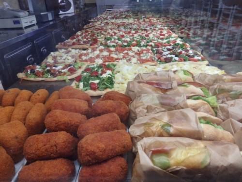 ピッツァ、スップリ、パニーニなどがあるストリート フードの店が町中にある。