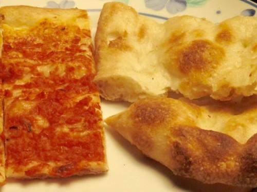 白ピッツァ、左側トマト ピッツァ。