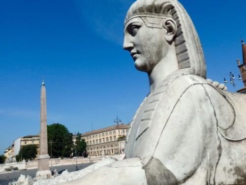 ポポロ広場を守るようかのスフィンクス。
