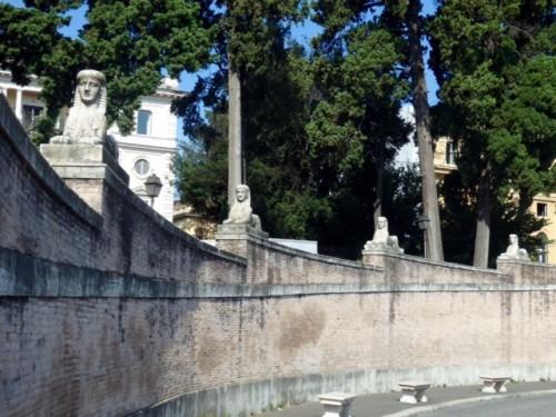 ポポロ広場の塀上のスフィンクス。