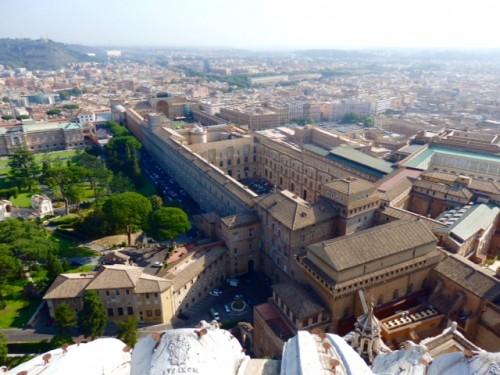 クーポラから望むヴァチカン博物館全景 左上の一角が絵画館。