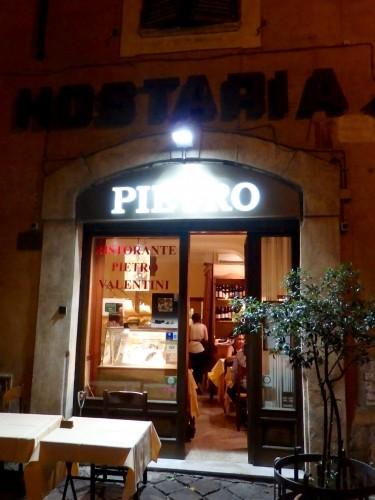 季節のトリュフが味わえる裏路地の名店『ピエトロ・ヴァレンティーニ』の店先。