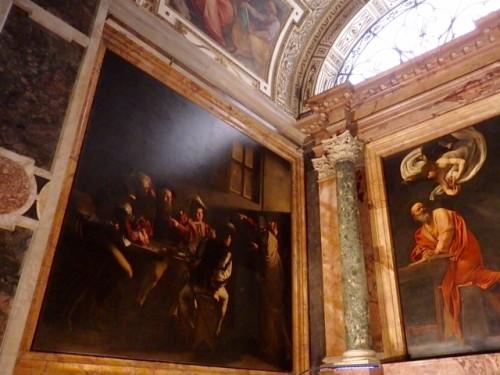 「聖マタイの召命」差し込む斜光に照らされたリアルな空間を見る。
