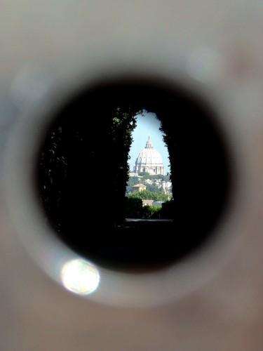 鍵穴からヴァチカンのクーポラを望む。
