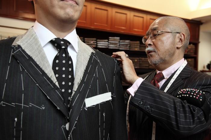 仮縫いした洋服の試着。肩幅や胸回り、袖丈など、お客様の体型に合っているかどうかを確認する。