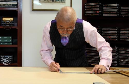 採寸したデータをもとに型紙の製図し、各パーツの型紙を切り出す。