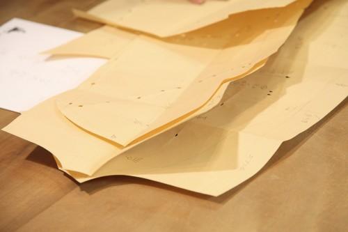できあがった型紙には、お客様のデータが書き込まれている。