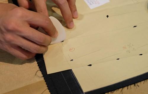 修正した型紙を使って、仮縫いをほどいたパーツに再度、チョークを使ってマークする。